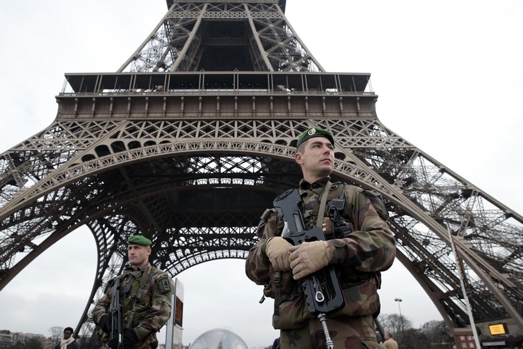 afp.15.01.07. - Párizs, Franciaország: lövöldözés a Charlie Hebdo szerkesztőségében - katonák az Eiffel-toronynál - lövöldözés Párizsban