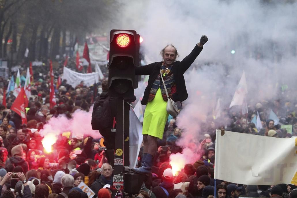 !!AP!! 2020.01.05ig!! mti.19.12.05. sztrájk Franciaország, A kormány tervezett nyugdíjreformja elleni párizsi tüntetés 2019. december 5-én, amikor a közlekedési dolgozók kezdeményezésére általános sztrájkot tartanak Franciaországban.