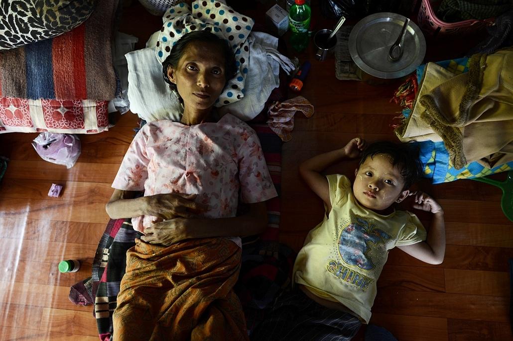 afp.13.02.15. - Rangun, Mianmar: Anya gyermekével egy ranguni klinikán Mianmarban. A kórházban 20 önkéntes dolgozik, közel 300 betegről gondoskodnak. - aids
