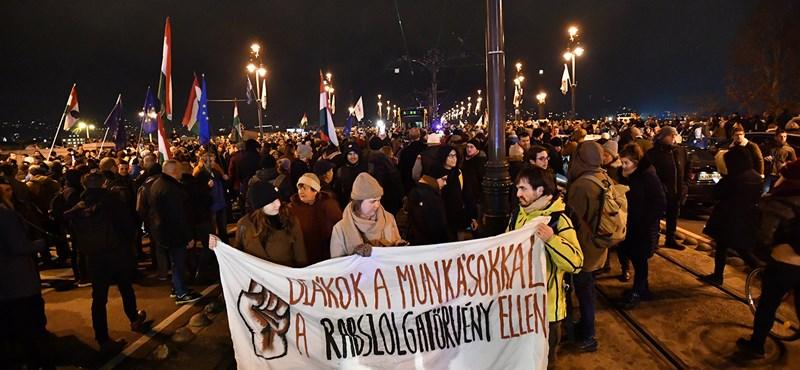 Újabb tüntetést szerveznek: egyetemisták vonulnak a Kossuth térre