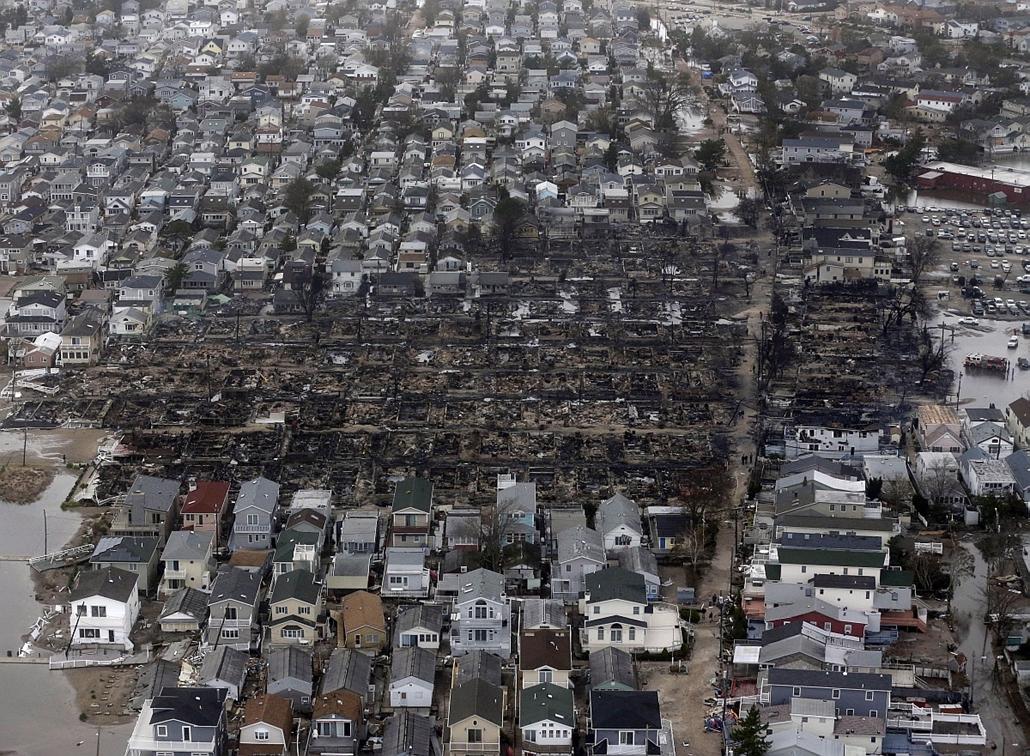 Breezy Point: tűzvész után teljesen leégett lakóházak Queensben - Sandy hurrikán