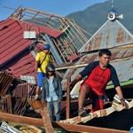 Indonéz földrengés: gyermekét ölelte a halott anya, amikor megtalálták a romok alatt