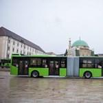 Elgurult menet közben egy helyi busz kereke Pécsen