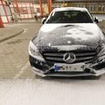 Fotók: hiába takarta hó, a rendőrök kiszúrták a 10 milliós Mercedest