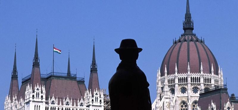 A Jobbik elvinné Nagy Imre szobrát a Kossuth térről