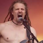 Szabadlábon védekezhetnek a turnébuszban egy nőt megerőszakoló metalbanda tagjai