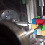 Új világrekord: ön csak pislog egyet, és már kirakták a Rubik-kockát – lassított videóval