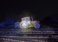 A rendőrök szabadították ki a traktorkerék alá szorult férfit