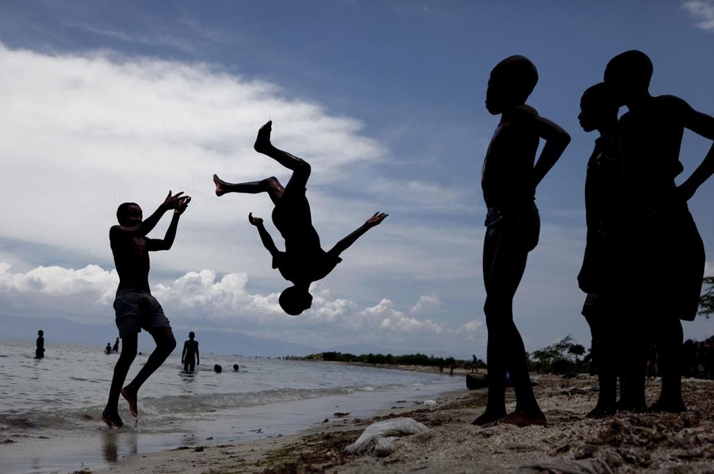 NE HASZNÁLD  Budapest International Foto Awards Legjobb új tehetség Nancy Farese részlet a Komoly pillantás a gyermeki játékra című sorozatból