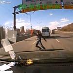 Kis híján az életével fizetett az elakadásjelző háromszögért - videó