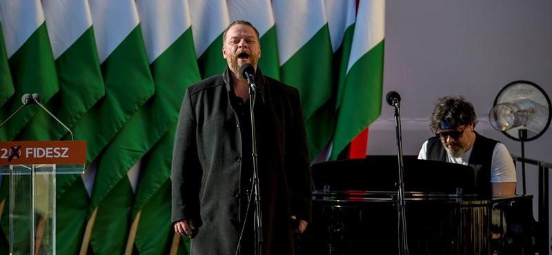 Lehülyegyerekezte az Ismerős Arcok énekese a hvg.hu újságíróját