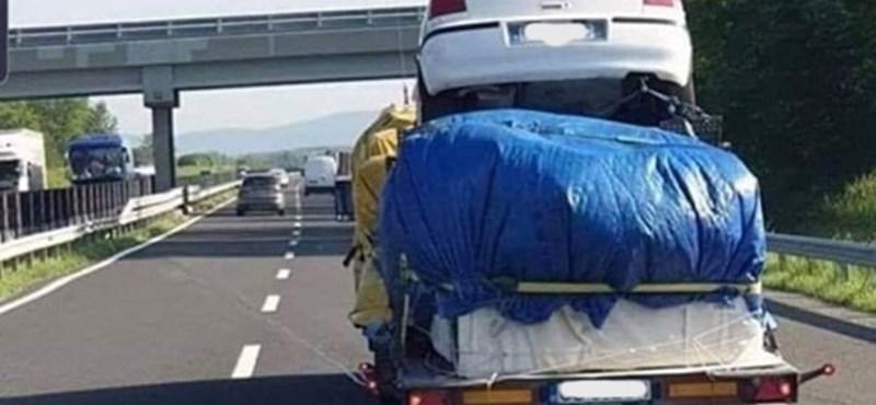 Fotó: Mint egy emeletes torta, úgy trélereztek egy Volkswagent az M7-esen