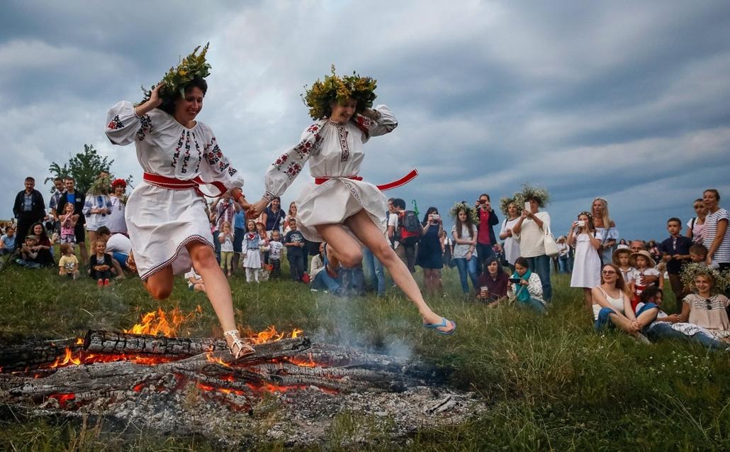 epa.16.07.07. - Tûzugrással emlékeznek meg Szent Iván éjszakájáról Kijevben 2015. július 6-án. A Szent Iván és Keresztelõ Szent János tiszteletére tartott ünnepségekben felbukkannak a kereszténység elõtti idõk pogány szláv hagyományai is.