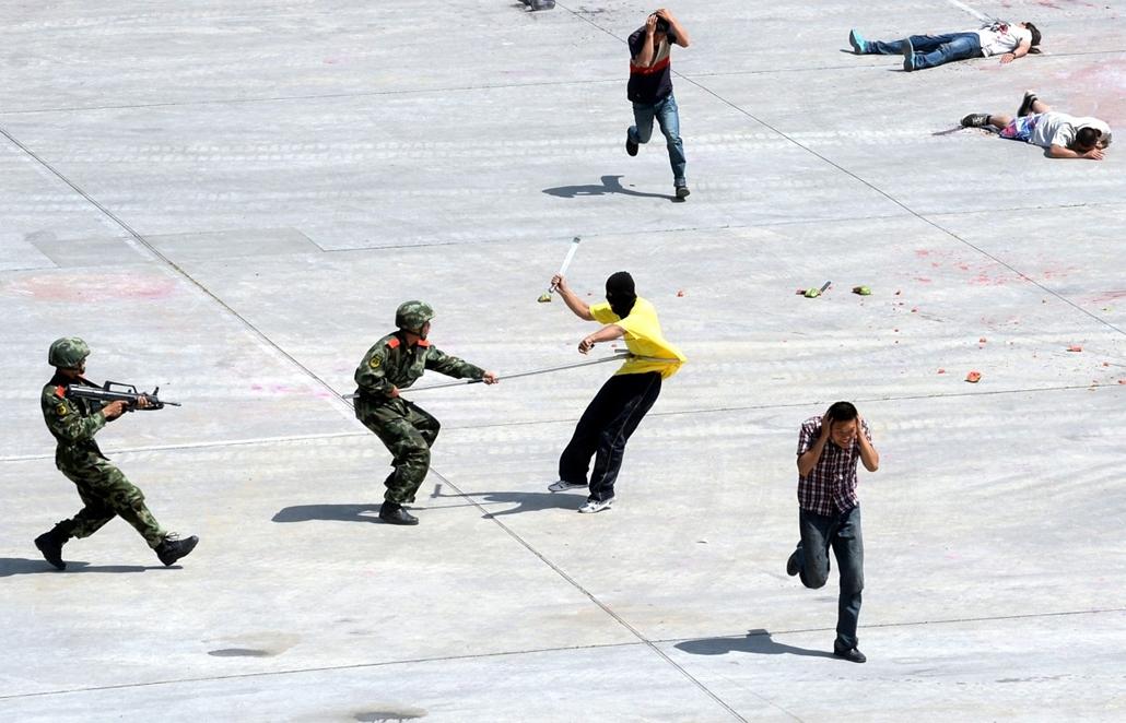 afp. nagyítás - hét képei - Peking, Knía, 2014.05.29. rendőrök, tüntetők, összecsapások