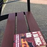Titokzatos könyvek tűnnek fel Budapest utcáin: zseniális akcióba kezdett egy blogger