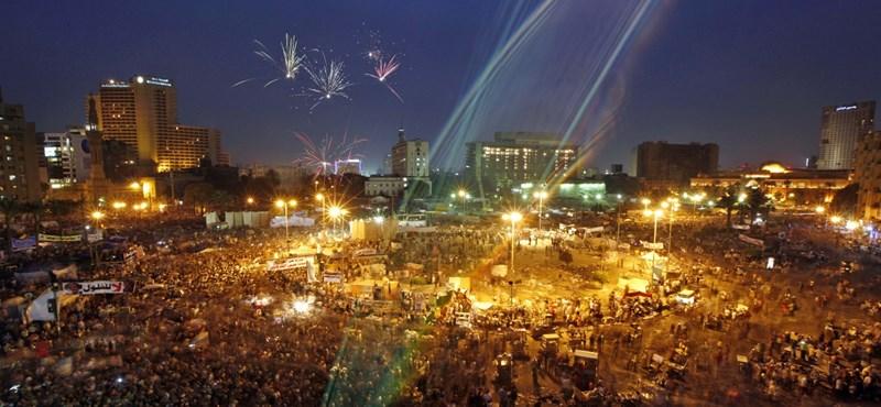 Fotó: tízezrek tüntettek éjjel Egyiptomban