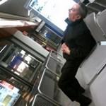 Bohócok szórakoztatják a repülőtéren rekedt utasokat