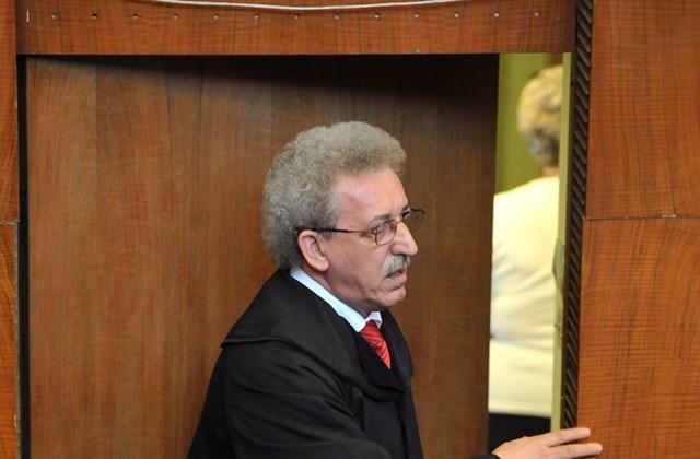Miszori László bíró érkezik a tárgyalóterembe