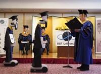Zseniális megoldás: robotként vehettek részt a diákok egy japán egyetem diplomaosztóján