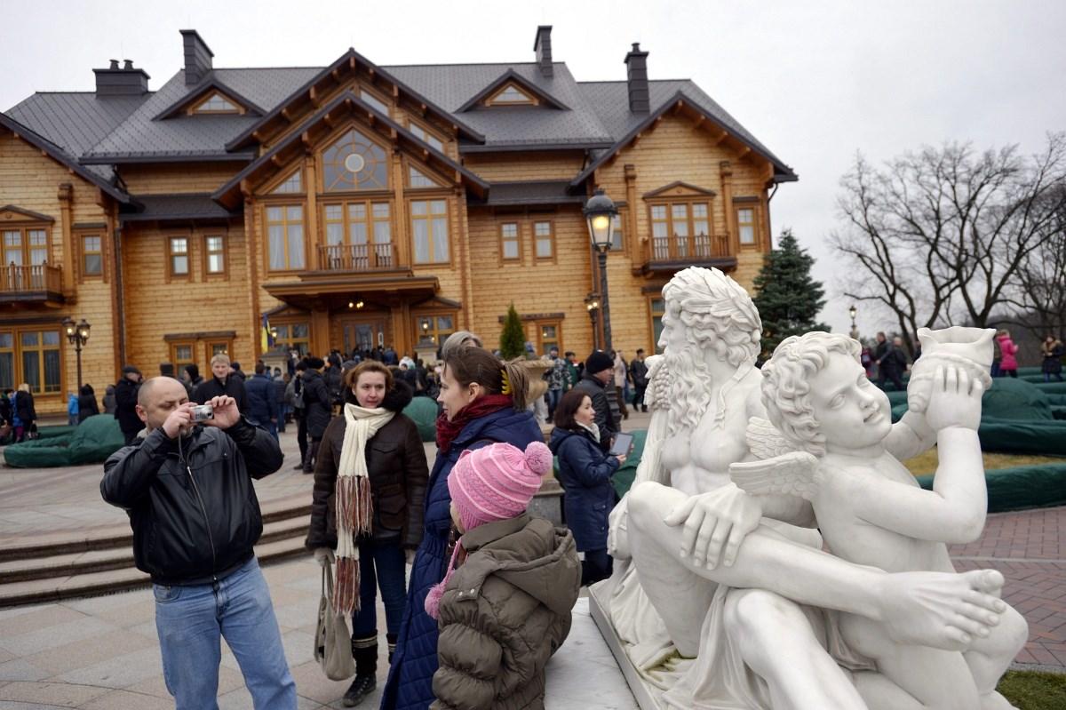Fotók: ellepték az emberek Janukovics elhagyott rezidenciáját