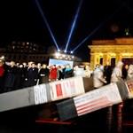 Húsz éve a falat, most dominókat döntöttek Berlinben - Nagyítás