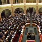 Saját fizetésükről döntenek a képviselők - percről percre a Parlamentből