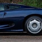 Szinte újként árulnak egy hamarosan oldtimer, szupergyors Jaguar XJ220-at