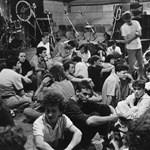 Blikk: Mindenkit puszil Olaszországból a Fekete Lyukban bulizókról jelentő egykori ügynöknő