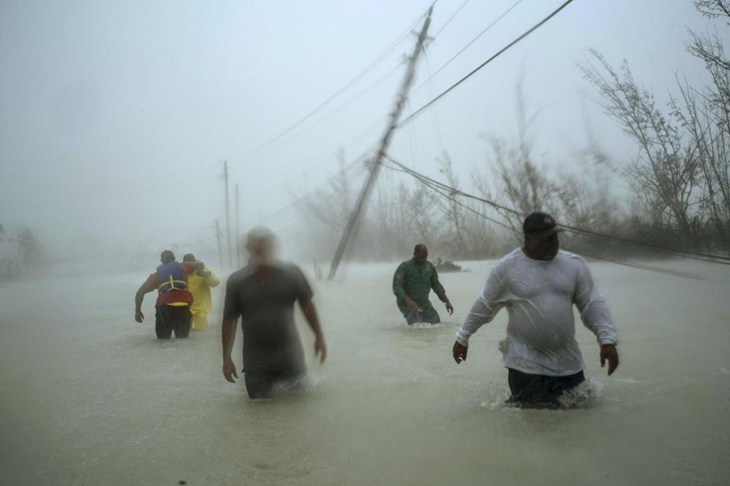 Nagyítás Dorian hurrikán Önkéntesek a Dorian hurrikán által okozott viharban a Bahama-szigeten fekvő Freeportban 2019. szeptember 3-án