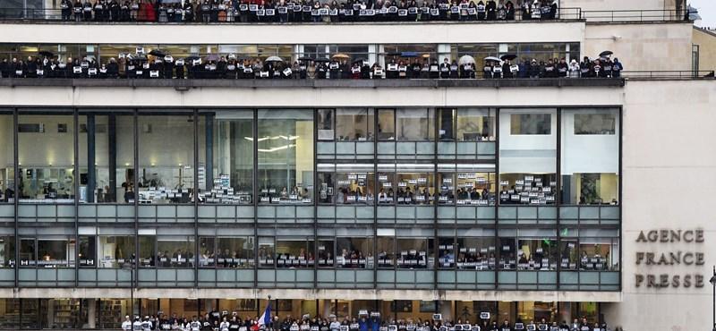 Megrendítő fotó: így emlékeztek a Párizsban kivégzettekre az AFP munkatársai