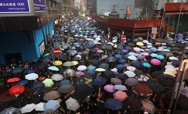 Erőszakba és káoszba süllyed Hongkong