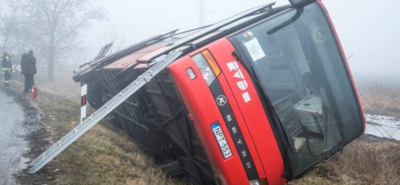 Árokba borult egy busz Kislángnál – 17 sérült