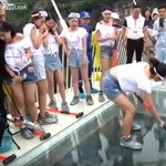 Kalapáccsal tesztelték a félelmetes üveghidat – videó