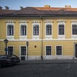 """""""Nyugodt otthonra"""" van szüksége – így kapott várbeli bérlakást a volt fideszes polgármester"""