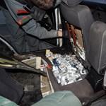 Fotók: így néz ki egy átalakított csempészautó több száz doboz cigivel