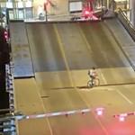 Fel akart tekerni a hídra a kerékpáros, nagyon rosszul járt – videó