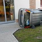 Fotó: Felborult egy autó a Teve utcában