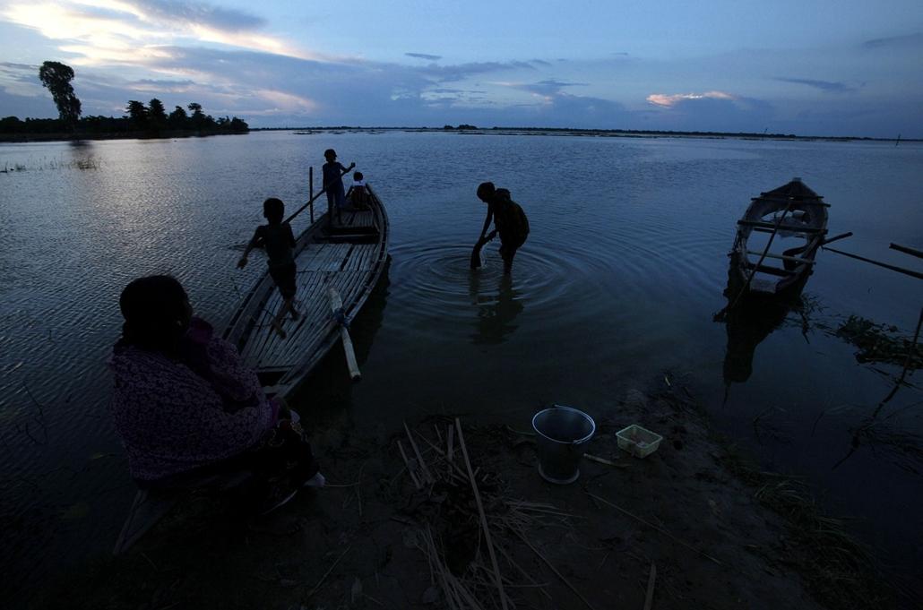 Hét képei nagyítás - Hajón játszó gyermekek Indiában