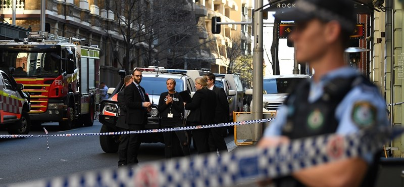 Késsel támadt járókelőkre egy férfi Sydney-ben