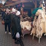 Kidobták a védett vidra bőrét áruló mestert a Vörösmarty téri vásárból