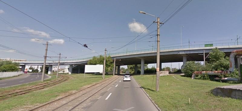 Leesett a hídról a BMW, a sofőr megúszta