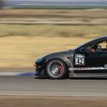 Nem kell sok, hogy egy Tesla Model 3-ból is nagyon gyors versenyautó legyen