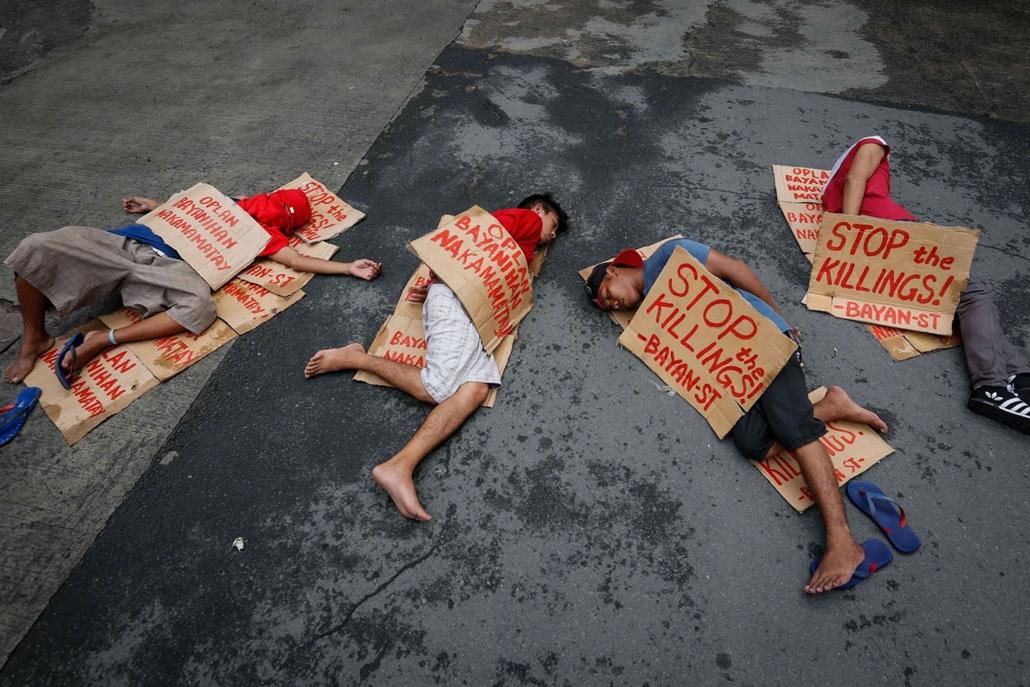 mti.16.09.26. A bírósági ítéletek nélkül végrehajtott kivégzések ellen tiltakozó tüntetők az áldozatokat jelképezve fekszenek a földön a quezoni rendőrkapitányság előtt 2016. augusztus 26-án. Augusztus 23-án közreadott rendőrségi adatok szerint 756 ember