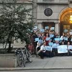 Tüntetők nemzetközi konzultációt hirdettek a New York-i magyar konzulátus előtt
