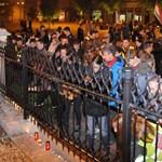 """Képek: gyertyát gyújtottak a """"halálra ítélt felsőoktatásért"""" a szombathelyi egyetemisták"""