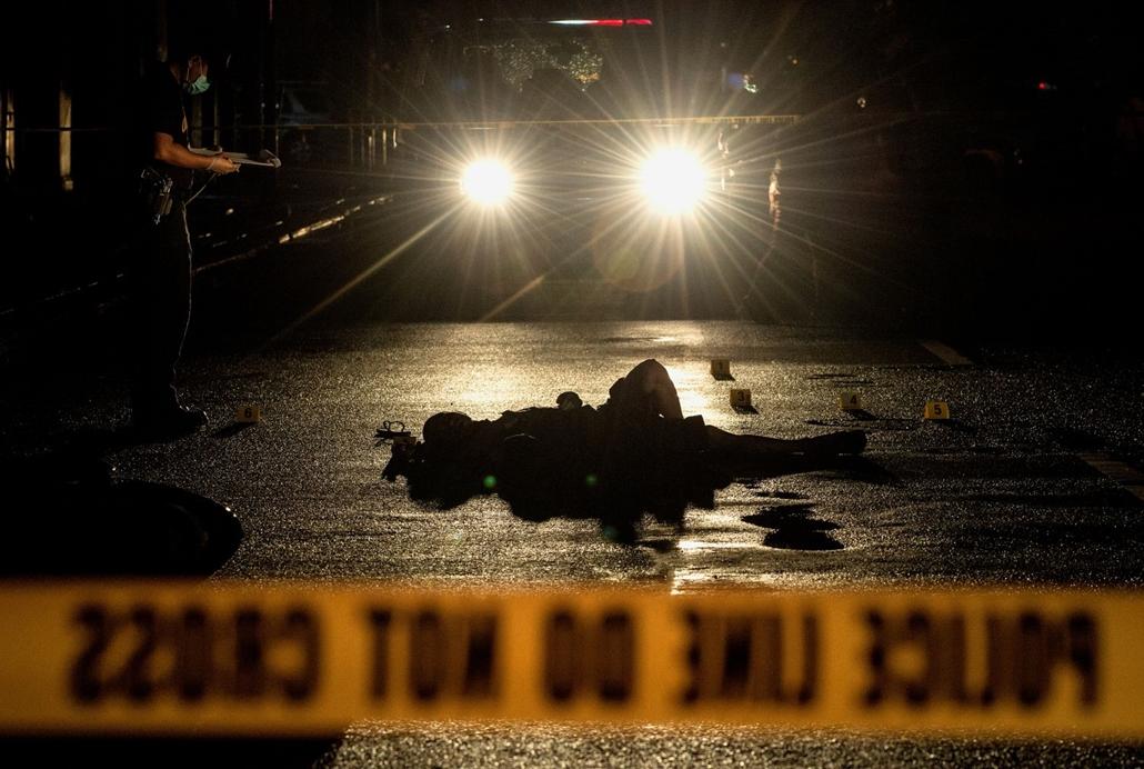 afp.16.11.29. Rendőrök helyszínelnek Manilában, ahol két feltételezett droghasználót lőtt le az utcán egy ismeretlen férfi, Manilában