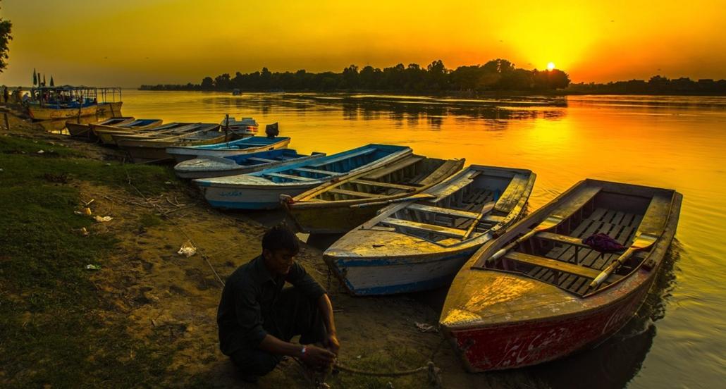 epa. hét képei - Pakisztáni életkép, Lahor, 2014. augusztus 28. Egy férfi rögzíti csónakját a lemenő nap fényében a Ravi folyó partján, a pakisztáni Lahorban 2014. augusztus 28-án.