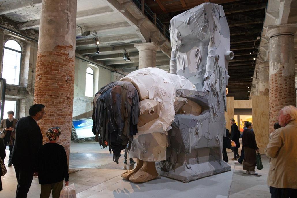 kka. Nagyítás 58. Velencei Biennálé Jin Xiuzhen Trójai című, használt pamutruhák felhasználásával készült impozáns alkotása belülről is megtekinthető