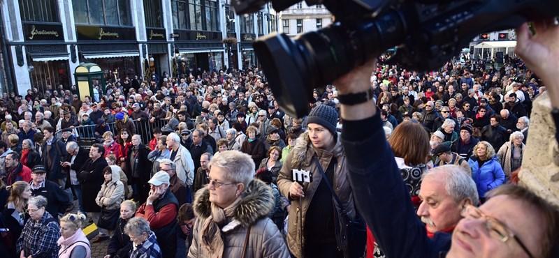 """""""Szégyen, hogy egy volt pártlap a sajtószabadság jelképe"""": újra tüntettek a Népszabadságért"""