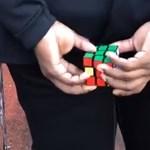 Látta már a focistát, aki a háta mögött rakja ki a Rubik-kockát? Itt megnézheti – videó
